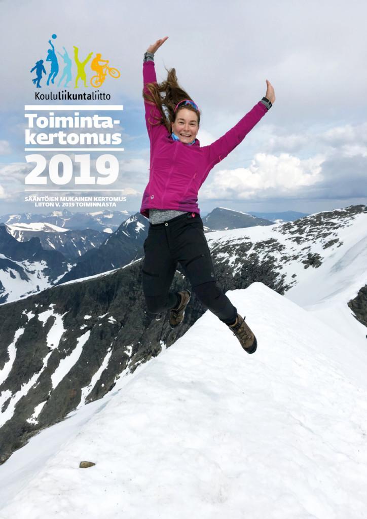 Toimintakertomus 2019 kansi, jossa nainen hyppää ilmaan lumisella vuoren huipulla. Taustalla näkyy useita vuorien huippuja.