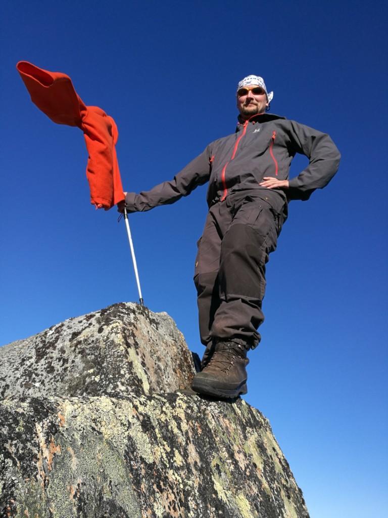 Sopuliopas Kimmo seisoo terävän kallion huipulla